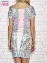 Jasnoróżowa sukienka w roślinne wzory z dekoltem typu woda