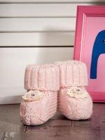 Jasnoróżowe dziergane miękkie buciki dziewczęce z diamencikami                                  zdj.                                  4