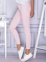 Jasnoróżowe spodnie rurki                                  zdj.                                  3