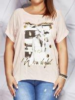 Jasnoróżowy t-shirt z fotograficznym nadrukiem PLUS SIZE                                  zdj.                                  1