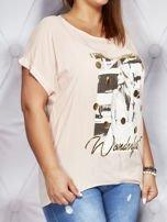 Jasnoróżowy t-shirt z fotograficznym nadrukiem PLUS SIZE                                  zdj.                                  3