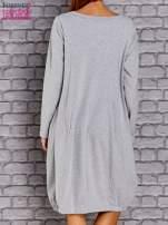 Jasnoszara sukienka oversize ze ściągaczem na dole                                  zdj.                                  4
