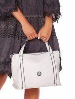Jasnoszara torebka z fakturą i odpinanym paskiem                                  zdj.                                  2