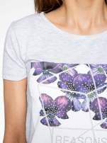 Jasnoszary t-shirt z kwiatowym nadrukiem zdobionym dżetami                                  zdj.                                  5