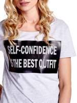 Jasnoszary t-shirt z napisem SELF-CONFIDENCE IS THE BEST OUTFIT                                  zdj.                                  5