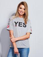 Jasnoszary t-shirt z napisem i kółeczkami na rękawach                                  zdj.                                  1