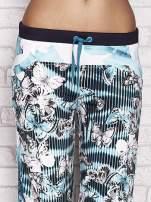 Jasnozielone spodnie capri z nadrukiem motyli                                  zdj.                                  4