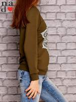 Khaki bluza z ornamentowym nadrukiem                                  zdj.                                  3