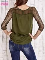 Khaki bluzka z ażurowym dekoltem i rękawami                                  zdj.                                  4