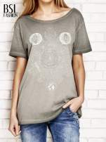 Khaki dekatyzowany t-shirt z dekoltem na plecach                                                                          zdj.                                                                         1