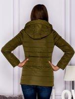 Khaki kurtka przejściowa z błyszczącymi suwakami                                  zdj.                                  2