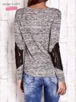 Khaki melanżowa bluzka z koronkowymi wstawkami na rękawach                                  zdj.                                  4