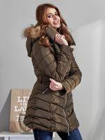 Khaki pikowany płaszcz damski z futrzanym kołnierzem                                  zdj.                                  5