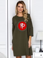 Khaki sukienka damska oversize z perełkami i okrągłą naszywką                                  zdj.                                  1