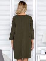 Khaki sukienka damska oversize z perełkami i okrągłą naszywką                                  zdj.                                  2