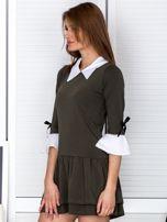 Khaki sukienka z kołnierzykiem i kokardkami                                  zdj.                                  3