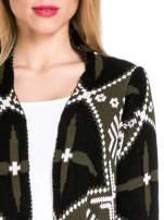Khaki sweter narzutka w azteckie wzory z frędzlami                                  zdj.                                  5