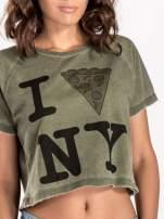 Khaki t-shirt cropped z motywem pizzy                                                                          zdj.                                                                         6