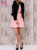 Koralowa sukienka skater z satynową lamówką                                                                          zdj.                                                                         2