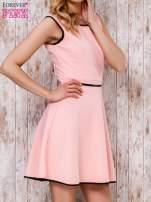 Koralowa sukienka skater z satynową lamówką                                  zdj.                                  3