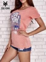 Koralowy t-shirt z nadrukiem miasta