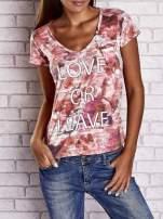 Koralowy t-shirt z nadrukiem moro i napisem LOVE OR LEAVE