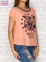 Koralowy t-shirt z nadrukiem tygrysa i zipem z tyłu                                  zdj.                                  3