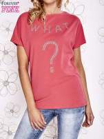Koralowy t-shirt z napisem i trójkątnym wycięciem na plecach                                  zdj.                                  1