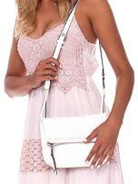 Kremowa składana torebka listonoszka-worek z plecionką                                  zdj.                                  1