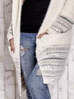 Kremowy długi włochaty sweter z kolorową nitką