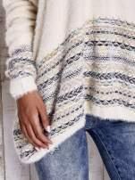 Kremowy włochaty sweter oversize z kolorową nitką                                   zdj.                                  7