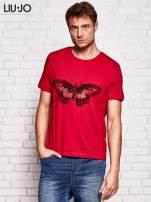 LIU JO Ciemnoczerwony t-shirt męski z motylem                                  zdj.                                  1