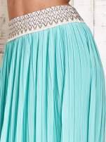 Miętowa plisowana spódnica maxi z pasem przeszywanym metaliczną nicią                                  zdj.                                  4