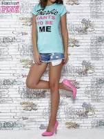 Miętowy t-shirt z napisem BARBIE WANTS TO BE ME                                  zdj.                                  2