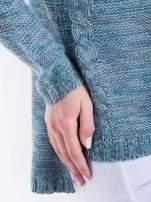 Morski sweter z warkoczowym splotem z przodu