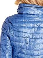 Niebieska lekka kurtka puchowa z suwakami przy rękawach                                  zdj.                                  7