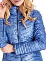 Niebieska lekka kurtka puchowa z suwakami przy rękawach                                  zdj.                                  5