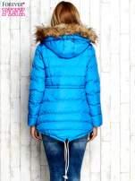 Niebieska ocieplana kurtka z futrzanym wykończeniem kaptura                                  zdj.                                  4