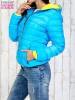 Niebieska pikowana kurtka z żółtym wykończeniem                                  zdj.                                  3