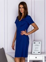 Niebieska sukienka koktajlowa w tłoczony ornamentowy wzór                                  zdj.                                  3