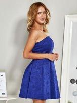 Niebieska sukienka koktajlowa w tłoczony wzór                                  zdj.                                  3