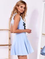 Niebieska sukienka z roślinną aplikacją                                  zdj.                                  3