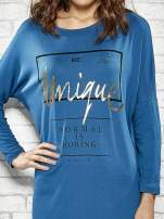 Niebieska sukienka ze złotym napisem UNIQUE                                  zdj.                                  5