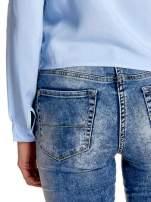 Niebieska wiązana koszula z aplikacjami na ramionach                                  zdj.                                  7