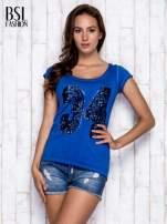 Niebieski dekatyzowany t-shirt z cekinową liczbą 34                                                                          zdj.                                                                         3