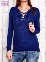Niebieski dzianinowy sweter z wiązaniem                                  zdj.                                  1