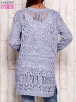 Niebieski melanżowy ażurowy sweter                                                                           zdj.                                                                         4