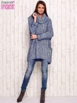 Niebieski melanżowy sweter z szerokim golfem i kieszeniami                                   zdj.                                  2