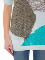 Niebieski patchworkowy sweter z krótkim rękawem