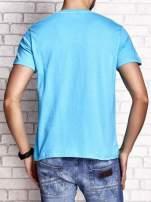 Niebieski t-shirt męski ze sportowym nadrukiem i napisami                                  zdj.                                  2